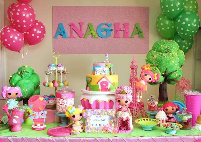تزیین میز جشن تولد با عروسکهای صورتی و دو درخت سبز