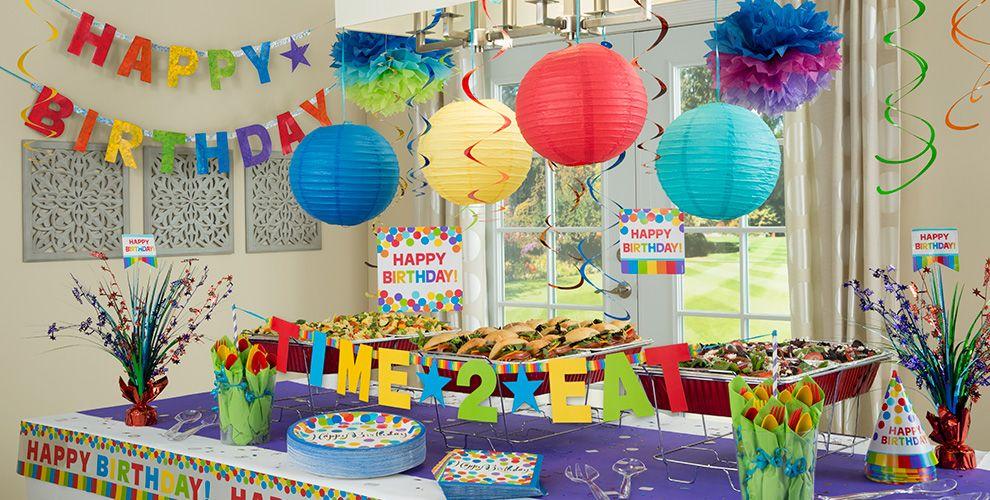 تزیین میز جشن تولد با شرشرهها، ظرفها و کلاههای رنگارنگ