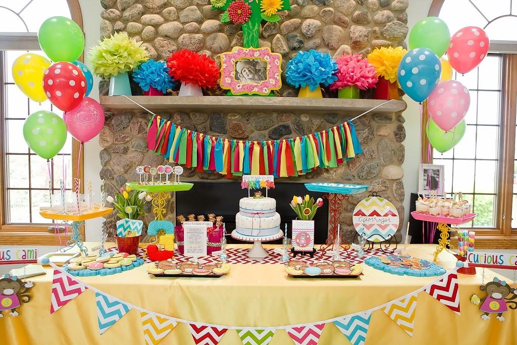 تزیین میز جشن تولد با شرشرههای و بادکنکهای رنگارنگ