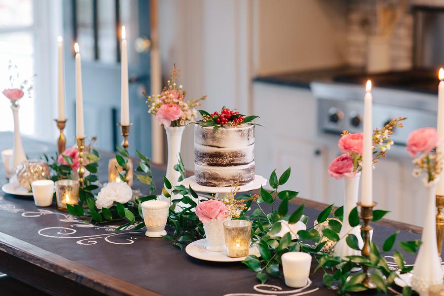 تزیین میز با گل و گیاه و یک کیک با طرح تنهی درخت