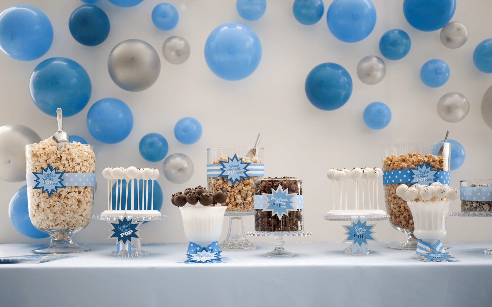 تزیین جشن تولد با بادکنکهای آبی و خاکستری متصل به دیوار