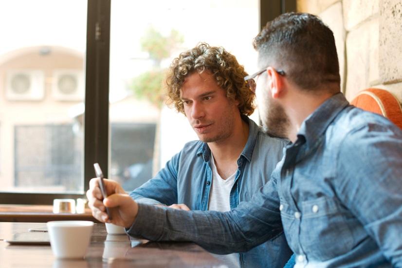دو مرد جوان با یکدیگر صحبت میکنند