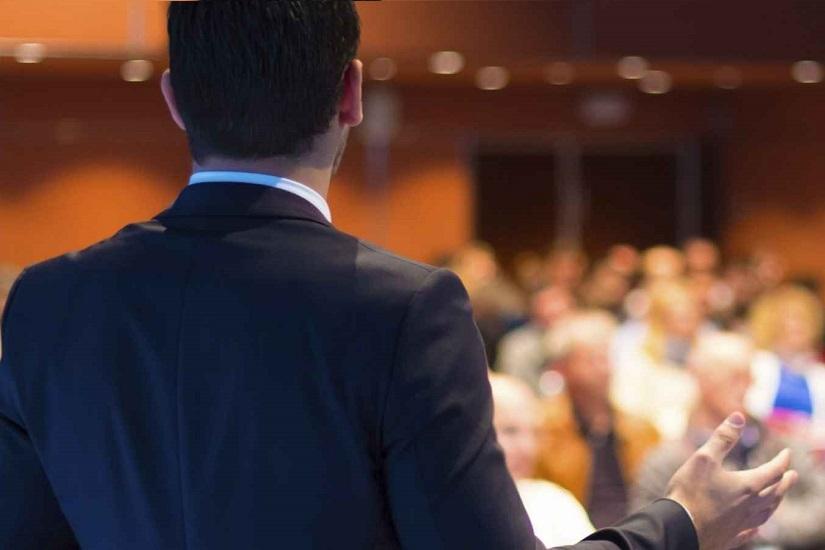 یک مرد در حال سخنرانی