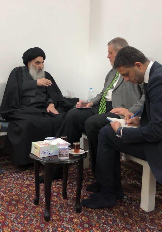 تصویر آیت الله سیستانی در دیدار با نماینده دبیرکل سازمان ملل