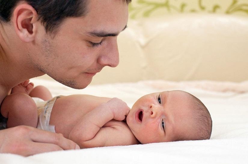 عکس پدر و نوزاد تازه متولد شده
